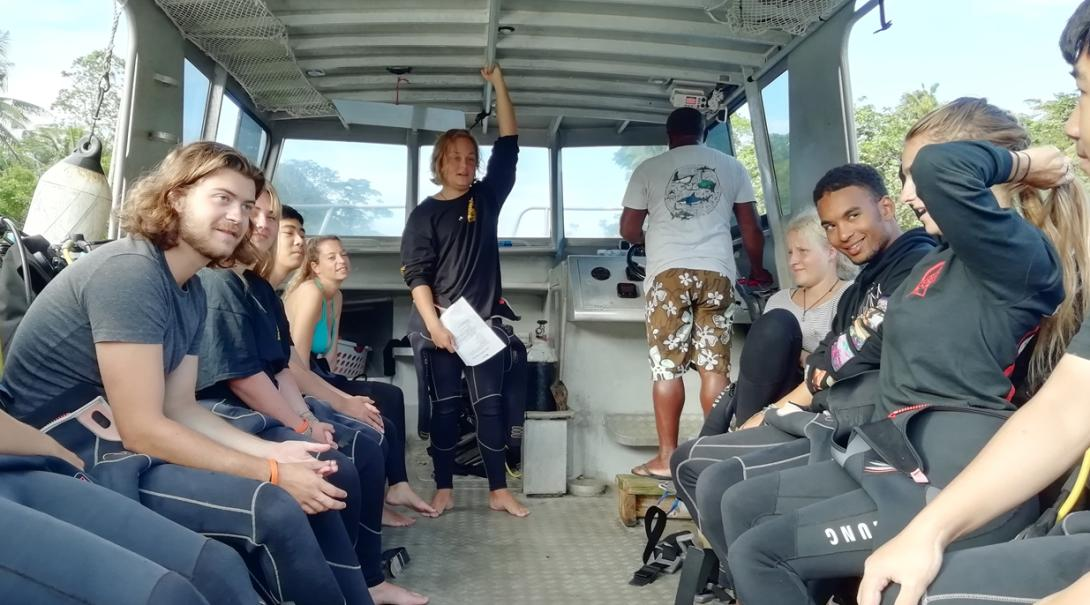 フィジーでのダイビング調査を控えた環境保護ボランティアたち
